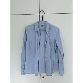 Skjorte som aldrig er blevet brugt fra COS. Vasket en enkelt gang. Stoffet er en smule elastisk så den sidder rigtig flot.