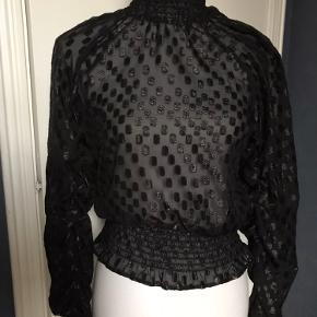 Skøn festtop, skjorte med bred elastik forneden.  Tyndt og lidt gennemsigtigt stof. Aldrig brugt. Rabat ved flere køb hos mig