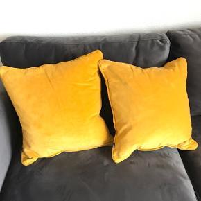 Pyntepuder fra Magasin. Har stået i sofaen i 14 dage og fremstår derfor som nye.  Fakta: Materiale: 100% bomuld  Størrelse 47x47 cm.  Np: 299kr pr. stk.