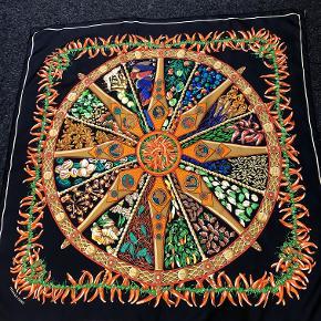 """HERMÉS Silketørklæde  """"Spices"""" af Annie Faivre, sort med røde chilli/multifarvet print, 100% silke, 90x90 cm, en gave, prøvet men aldrig brugt, inkl etiket & æske."""