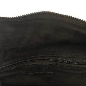 Nunoo Stine taske i washed black leather. Kun brugt få gange, og bærer ingen tegn på slid. Lang justerbar rem som ses på sidste billede medfølger💛