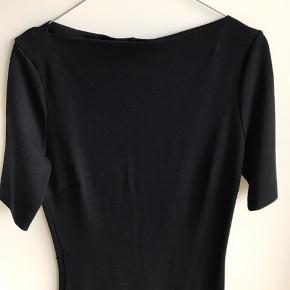 Lækker tætsiddende kjole med stræk i, lynlås bagtil. Np. 800 kr.  70% viskose, 25% polyester, 5% elastan