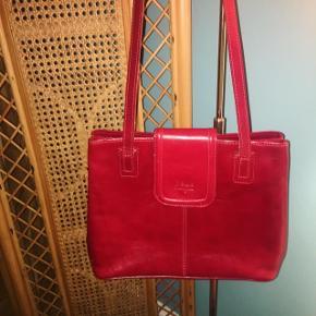 Vintage lædertaske / skuldertaske i rød farve.  Perfekt til bytur / kan have lidt bøger og småting som mobil/makeup osv.  Er god men brugt, se sidste foto.