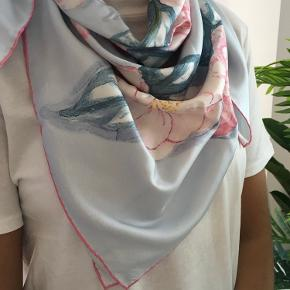 🌸💙💕CHANEL 💕💙🌸  Beautiful original Chanel flower scarf 🌸🌸🌸 Flowers in pink , blue and white.  100% silk , size 87 x 87 cm.  Made in Italy 🇮🇹  Like new ⭐️ shipping 37  kr