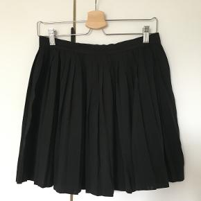 Plisseret sort nederdel fra H&M divided. Nederdelen er str. 42 MEN fitter 38-40 da det er en H&M divided nederdel. Nederdelen er brugt en del gange men fremstår ny.