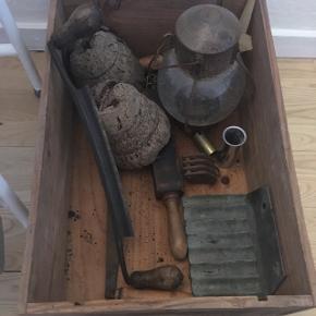 Hvis nogen kan bruge noget fra kassen så byd ind! Gammelt slidt og fyldt med patina