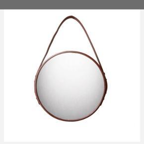 Spejl med læderrem fra Ørskov. Remmen er i farven Cognac. Diameter 60 cm. Aldrig brugt