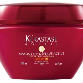 SALE SALE SALE...  Kerastase Masque UV Defense, er dit ultimative hårplejeprodukT - en After Sun til dit hår. Denne super geniale og enormt lækre hårmaske er genopbyggende med dybdevirkende solbeskyttende pleje til alle hårtyper. Hårmasken neutraliserer klor- og saltvandsrester, samt genopbygger hårfibrenes struktur samt overflade. Den intensive UV-beskyttelse gør at din hårfarve ikke falmer og dit hår ikke bliver til hø-hår, når sommeren er forbi. Er uheldet ude og du bliver skoldet i hovedbunden, kan du med fordel putte masken på den solforbrændte hovedbund for lindring.  Har du farvet hår eller lyse reflexer vil jeg helt klart anbefale, at du bruger denne hårmaske lige nu. ( Købspris 345,- )  NEJ TAK TIL BYTTE, fragt kommer self. oveni.  Jeg har 4 stk.