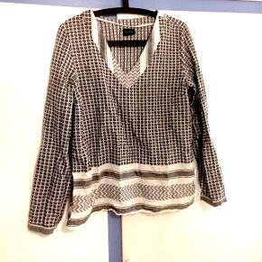 Fin Vila skjorte i stil med Cecilie Copenhagen. Str L, men passer en M eller kan bruges som oversize hos S :) byd