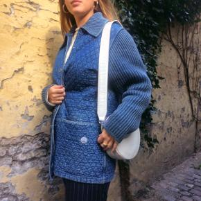 BLUE WILLI'S jakke/frakke. Natural Garment -Made In Denmark. Sød og flot frakke som er perfekt til den kommende tid, kan nemlig bruges på en sensommerdag da den er let, er også yderst effektiv men en varm trøje under til efterår og vinter. Har selv haft meget gavn af den. Sælger den da jeg har for mange frakker og jakker og prøver at få ryddet lidt ud.  Størrelse Medium.  Nypris: Omkring 2.000 kr  #trendsalesfund