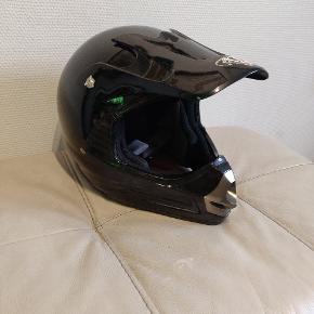 Fin hjelm, som jeg ikke bruger længere. Den er størrelse 58.  Den mangler en enkelt skrue i vesiret(den har dog ikke betydning).