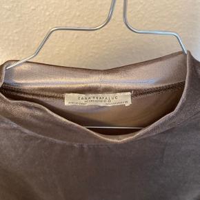 Zara t shirt i velour - brugt et par gange til jul og nytår men ellers ikke - perfekt til denne tid da den er lidt metallic i farven.   Det er en str M men jeg bruger normalt str xs-s i tøj og den passer mig perfekt (er 173 cm høj)   Skriv for spørgsmål eller flere billeder ☺️