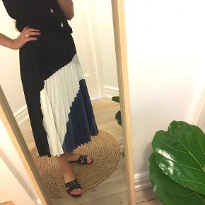 Plisserede nederdel fra H&M. Kom med et bud, eller skriv for info 🐚