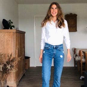 Behagelig jeans. Mid-waist. Er selv 180 cm høj. Derfor lidt korte til mig.    Sender gerne på købers regning 🚛  ‼️SE OGSÅ MINE ANDRE ANNONCER‼️