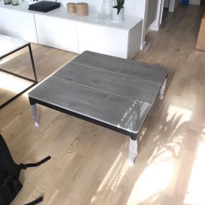 JYSK loungebord sælges (grå/sort). Købt som en del af et sæt, men bordet er desværre for stort til vores terrasse. Er endnu i emballage og har ikke været pakket ud.  MÅL:  76L x 76B x 28H  Kan afhentes i Åbyhøj, Århus eller i Esbjerg.   Kom gerne med seriøse bud.