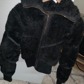 aff37355 Lækker, fluffy teddybear jakke sælges. Foretrækker at handle over mobile  pay eller kontant.