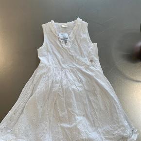 Fin sommerkjole / brudepigekjole i hvid. Aldrig brugt. Køber betaler Porto.