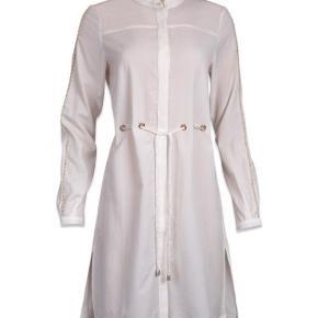3 i en kjole 😍❤️  Tip!  Kjolen kan bruges som helt alm. kjole, som cardigan udover et andet outfit eller som kimono hvor du binder den bagpå 👌🏼  Med sin neutrale hvide farve kan denne lækre sag bruges til mange outfit 😊