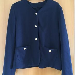Sød mørkeblå vintage / retro cardigan med guldfarvede knapper. Svarer til en medium. Standen er tip top. Tror at det er en bomuldsblanding