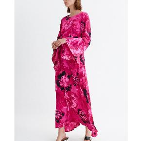 Sælger denne smukke kjole fra Inwear. Aldrig brugt. Nypris: 1300 ,-  Ærmelængde: 66 cm  Rygbredde: 41 cm  Samlet længde: 132 cm