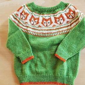 Håndstrikket sweater med rævemønster i uld. Længde fra skulder til bund: 39 cm Længde fra halsudskæring til bund er ca: 36 cm Brystmål: 29 cm * 2  #30dayssellout