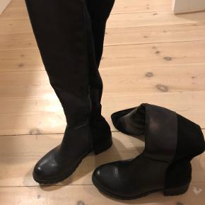 Høje støvler købt i en tøj butik for flere år siden.  Har aldrig brugt dem, da de ikke lige er mig.
