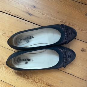 Smukke Chanel ballerinaer.  Forsålede og brugsspor ses tydeligst på snuden af skoene.   Klassisk og tidsløst design med en metallic overflade og logo på snuderne.  Æske, dustbag og kvittering medfølger.   Kan afhentes i Aarhus C.  Køber betaler porto og gebyr.   *** realistiske bud modtages og spørgsmål om ægthed ignoreres 😊