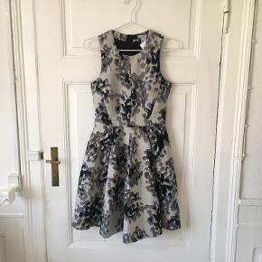 Mønstret kjole fra H&M i lyseblå, str. XS. Kun brugt en enkelt gang. Sælges for 65 kr. Kan afhentes i Kbh K.