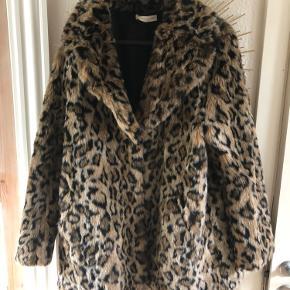 Fake fur jakke fra H&M. Brugt to gange. Køber betaler fragt