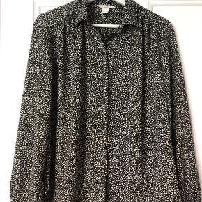 Fin, let skjorte i pænt sort/hvidt mønster.