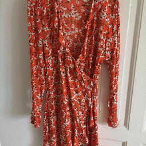 Smukkeste slå-om kjole. Sælger den da jeg desværre ikke længere kan passe den. Den er kun brugt en gang :)
