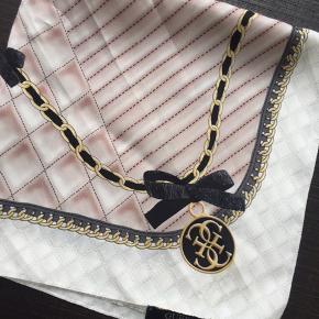Guess tørklæde i sød lyserød farve med sort og guldfarvet print.  Købt for nogle år siden på Zalando til ca. 300 kr.  Måler 50 x 50 cm.   📦 Køber betaler selv for fragt  📲 Handler via MP 🚫 Bytter ikke ⛔️ Tager ikke retur  ❗️ Først til mølle (varen er din, når pengene er modtaget)❗️