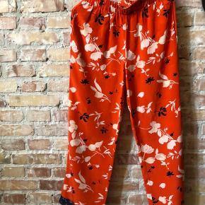 Smukke bukser fra Ganni i 100% silke med lommer. Fremstår i ny stand, ingen tegn på slid. Kan afhentes på Vesterbro eller sendes for købers regning. Kom gerne med et bud :-)