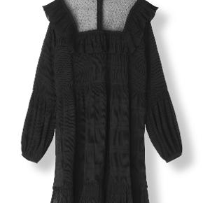 Ganni Palmer kjole. Flæsekant på skuldrene og et gennemsigtigt bærestykke både foran og bagpå. Ny pris 1200