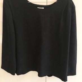 Smukkeste skjorte fra franske Gat Rimon. Fine detaljer med draperinger på skulderen.  Passer en S/M.