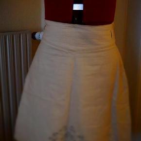 Brand: Nice Varetype: Nice - Nederdel 40. Beige Farve: Beige Oprindelig købspris: 898 kr.  Smukt og lækkert nederdel. (Brugt 1 gang)   (Købt som en del af en sæt med jakke til, jakken var dog str. 46 og er solgt)   Nederdel str. 40. og 60 cm  96% Bomuld 4% Spandex  spørg til porto uden for DK