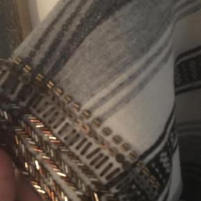 Varetype: Jakke// cardigan Farve: Grå stribet  Sælger denne absolut FEDE jakke da jeg ikke får den brugt - den er så fed! Aldrig brugt Str L Absolutte mindste pris er 500kr PP sendt med DAO og handel via mobile pay