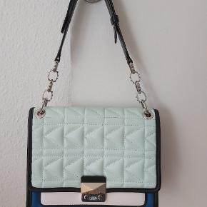 Kan bruges som skulder/håndtaske eller cross  (Rem medfølger) 26x22x10 cm