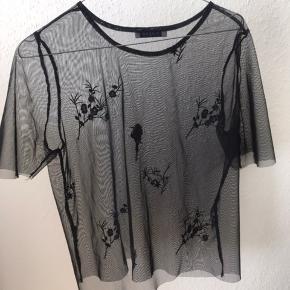 Fin t-shirt fra pieces, sælges da jeg ikke får den brugt.  Den har været i brug en enkelt gang, men har siden hængt i skabet. Den har absolut ingen brugsspor.  Passes af en small og medium.  Prisen er uden fragt ☺️