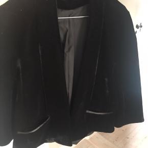 Sort velour fin/fest jakke. Kort.