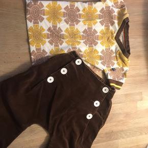 Retro sæt Brun baggy fløjsbuks fra by jing  T-shirt fra funky flavours