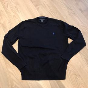 Super lækker strik pullover fra Ralph Lauren i navy. Str. L (14-16) men mere en str 12-13