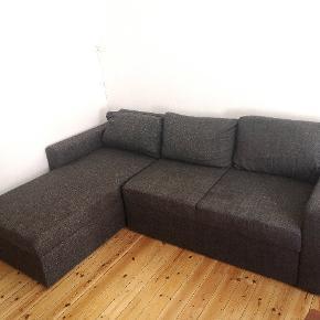 Grundet flytning sælger jeg denne mørkegrå sofa/sovesofa billigt i en hurtig handel. Den er i fin stand. Plads til opbevaring i chaiselongen og den kan hurtigt slås ud til en dobbeltseng.   Længde: 225 cm Bredde: 85 cm Chaiselong længde: 145 cm  Skal bæres ned fra 2. sal.  Den skilles ved chaiselongen og vejer ikke ret meget.