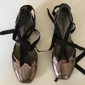 Brand: Stephan Varetype: Lækre ballerinaer Farve: Metalic  Yndige, feminine ballerinaer med bendesnor til omkring anklerne. Indvendig sållængde 25 cm. Lille hæl på 2 cm.  Bytter ike