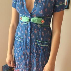 Rigtig lækker og let kjole i bomuld. Købt i Urban outfittets for mange år siden, men kun brugt ca 2 gange da den altid har været for lille 🙈🤷🏻♀️  Bælter kan spændes på to måder, eller flere hvis man er kreativ.