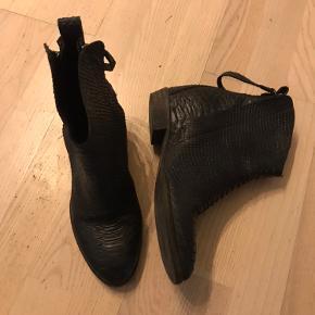 Lækre støvler i præget skind. Hælflik skal skiftes