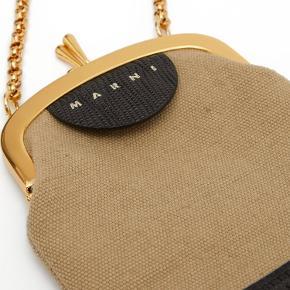 Smukkeste crossbody mini-taske fra Marni i crocooræget læder og lækkert lærred. Der er plads til telefon, nøgler og kort.   Aldrig brugt.
