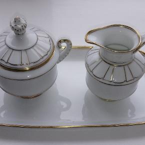Bing og Grøndahl - Offenbach kaffekande med sukkerskål og flødekande. Sukkerskålen har et lille afslag på formanden, som vist på billede 2.