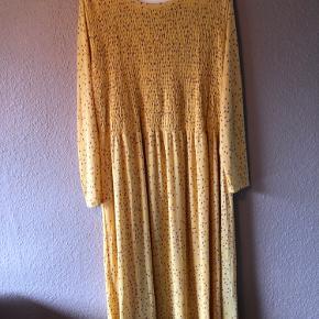 Fin kjole fra VRS med stræk. Fint mønster med prikker.   Kom gerne med et bud eller spørgsmål.  Jeg kan som regel sende samme dag eller dagen efter.