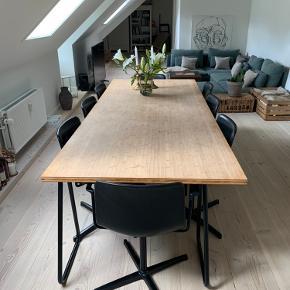 Spisebord i bambus med custom-made bordplade og bukke i støbejern fra Normann Copenhagen.  (Stole følger ikke med)